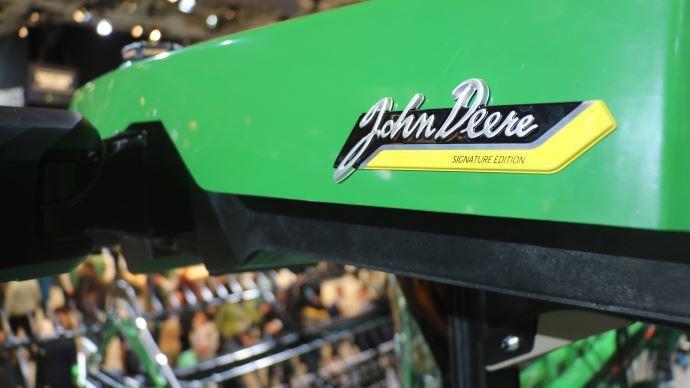 La signature John Deere inscrite dans le toit de la cabine de la moissonneuse-batteuse X9.