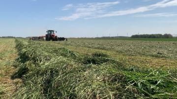 De la fauche à l'enrubannage, direction la Picardie pour un chantier d'herbe