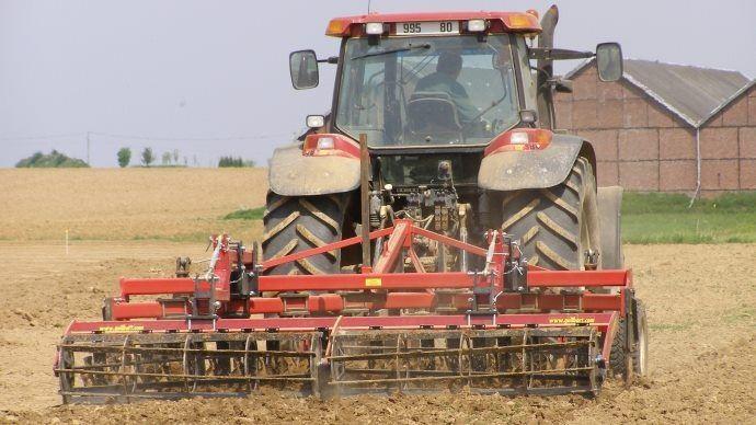agriculteur en train de travailler ses terres