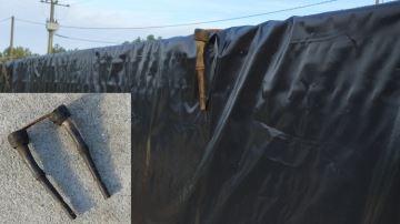 Deux manchons de traite et un fer à béton pour maintenir la bâche du silo