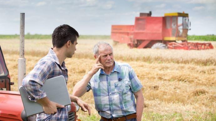 un agriculteur et son stagiaire ou apprenti