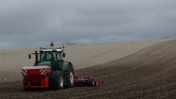 tracteur semant des cereales