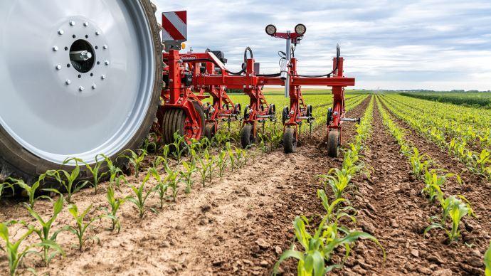 Agrobio 35 propose des formations digitales pour aider les agriculteurs à intégrer le désherbage mécanique à leur pratique et réduire le recours aux désherbants.