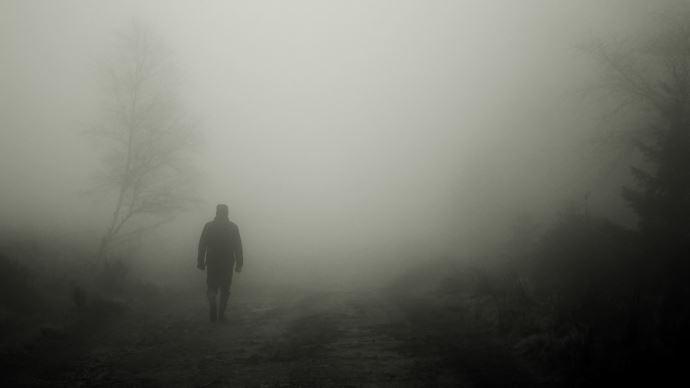 marcheur noir et blanc brouillard