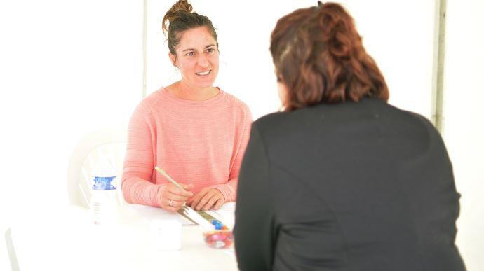 L'originalité du job dating: les entreprise ne voient le CV du candidat que le jour de l'entretien.