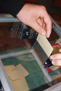 Bulletin de vote glissé dans l'urne aux élections.