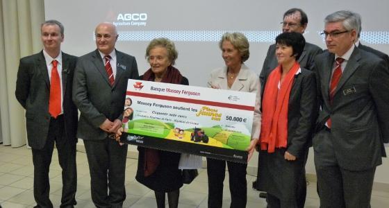 Massey Ferguson a remis un chèque de 50.000 € à Bernadette Chirac