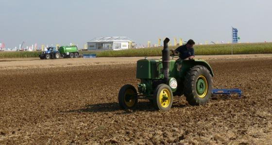 Un 302 de la Société Française de Vierzon cotoie les tracteurs dernier cri des grandes marques