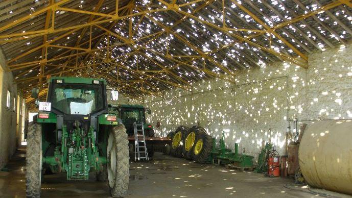 Les tracteurs costauds, face à des grêlons gros comme des balles de ping-pong !