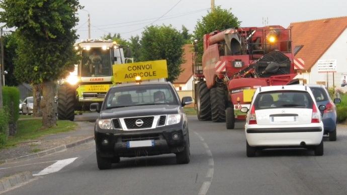 Moissonneuse batteuse - convoi agricole durant la moisson - circulation routière