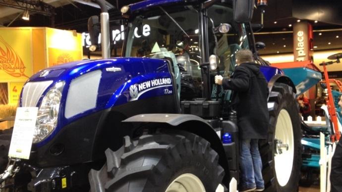 New Holland est aussi représenté avec ce T7 édition bleu nuit.