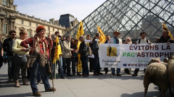 Manifestation de la Confédération paysanne devant le Louvre le 28 mars 2014.